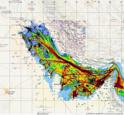 Рис.4. Карта пленочных загрязнений (показаны чёрным цветом), совмещенная с картой интенсивности судоходства в Персидском заливе. ©marinetraffic.com